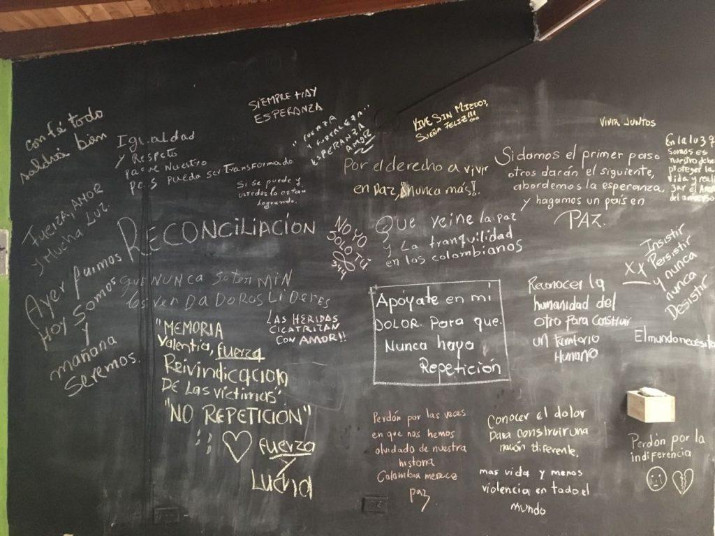 El Hotel Punchiná se convirtió en uno de los centros de terror de San Carlos, Antioquia, al ser tomado por los paramilitares para masacrar y asesinar gente. Ahora sus paredes llevan mensajes de perdón y reconciliación